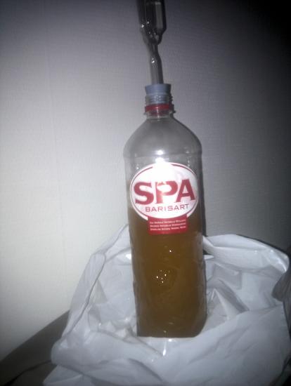 Eén liter eigen bier, het bier staat nu lekker te gisten in de fles