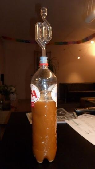 Eén liter eigen bier, goed aan het gisten